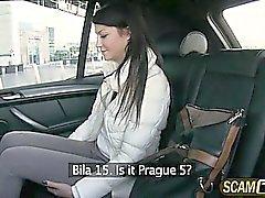 Kuuma Penelopen ajaa taksilla ja saa munaa