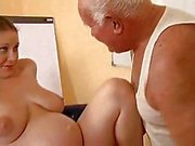 Grand papa tape une fille enceinte