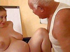 Opa neukt een zwanger meisje
