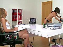 Kvinna av ombud - flickorna masturbate & Lick fittan