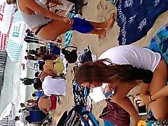 Biondi perizoma nero sulla spiaggia