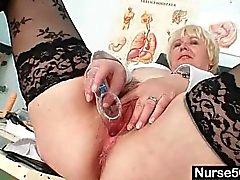 Isot tissit vanha nainen yhtenäinen sormet karvainen pussy