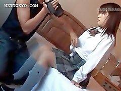 Asiatiska teen underkläder och bröst fångas på närbilder