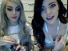 Blonde und brunette cuties zeigen ihre heißen Körper auf