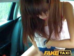 FakeTaxi Hot Asian babe bateu no banco traseiro de táxi