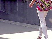 Caddeden aşağı yürüyüş Kız ve - bacaklar , göt ile topuk