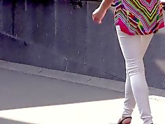 Tjejer som gående längs gatan - benen , arslet och klackar