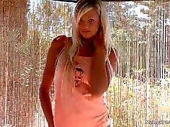 Grote blonde babe Dakota krijgt naakt part2