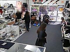 Duas meninas calor tentar roubar o e receber perfurado pelo pawnkeeper