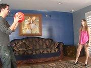 La fillette sucré se met à poil après avoir joué à avec un ballon