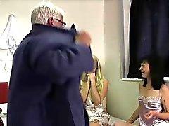 Le ragazze inglesi e con il CFNM Feticcio come il cazzo ragazzo nudo