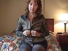 Ehefrau selbst im Hotelzimmer bildet