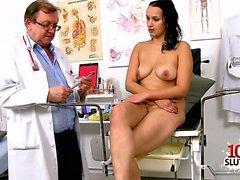 cumshot ile şaşkın doğal göğüsleri doktor