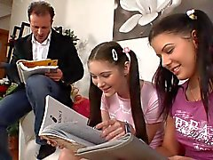 öğretmen ve 2 kız genç öğrenci