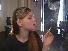 Hübsches Mädchen, das Rauchen