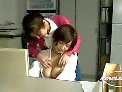 Busty Office LadyOfficebilgisayarda çalışırken Emilir Onun Göğüsler ovuşturdu Nipeller Başlarken