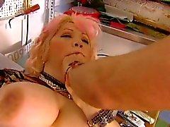 Kinky oude rondborstige blondie