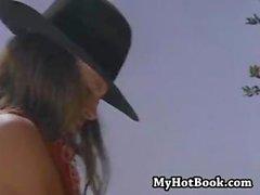Brooke Waters , bazı vahşi batı eylem alır bir kızıl saçlı