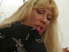 Kemikli sarışın olgun kadın