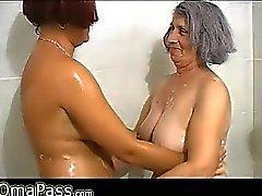 Mollige Frauen grauen mollig Oma mit alten Mature woman im Bad