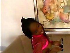 Ebony teen poserar , äter vit kuk och blir borrad på golvet