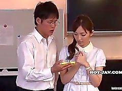 Japanese der Mädchen masturbated mit wunderschönen Massage Mädchen an kitchen.avi