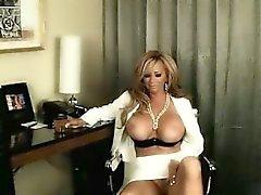 Busty блондинку шлюха фаллоимитаторе трахает ее роговой