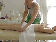 Cogner des bros blond au cul première fois Mirta obtient un massage sensuel