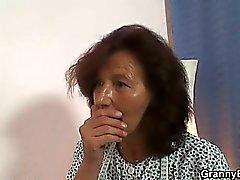Dikiş tali büyükannem horoz almaktadır