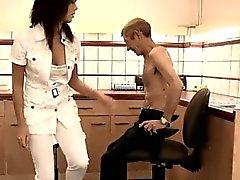 Pechugón asia adolescente Dokter Petra está probando el problema sanitario