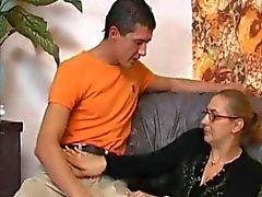 Granny I Fishnets tar en stor Boner !