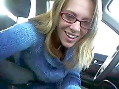 Naughty Lady knippert in de auto !