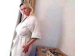 boobsy signora matura gioca della cucina con doccia