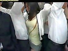 otobüse eşini grope