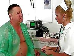Il nonno il cazzo e pissing sulla giovane medico di