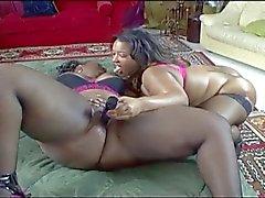 suuri Ebony lesbien kohtaus