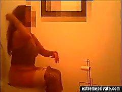 Meine Mom verfangen an versteckte Kamera im Badezimmer