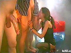 Menina engolir enormes galos tesão