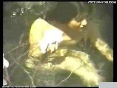 Extremen Belichtung Feder das Mädchen badet