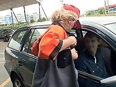 Two les mecs ramassent grandma à remous et vis hors