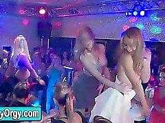 Delle ragazze Amatori Party con sverniciatori per