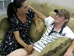 Masturbación con la mano viene dada por la madre atractiva