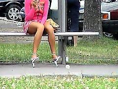 Deliciosa morena espera el autobús mientras se atrapa o