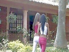 Adolescente Lésbicas divertimento ao ar livre com Latinas Sexy