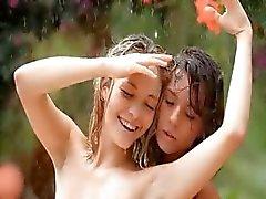 vackra flickor i regnet