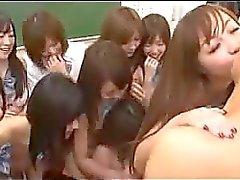 Do indivíduo sendo sugado para beijei por muitos de escolas caralho 2 deles na sala de aulas