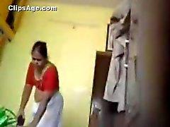 De Desi sirvienta cambiantes alineada india en Tamil en su sala de capturados con hidden cam