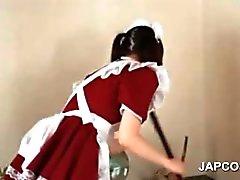 Temizleme hizmeti yapmanın asyali gençlik hizmetçi kız alın upskirt gösterilmiştir