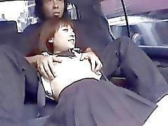 Грязный Японские школьницы всасывает стержень в заднее сидение