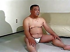 Mogna asiatiska kille får spanking
